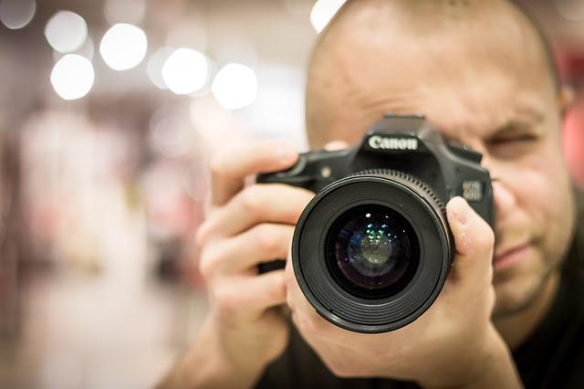 fotografo con fotocamera reflex
